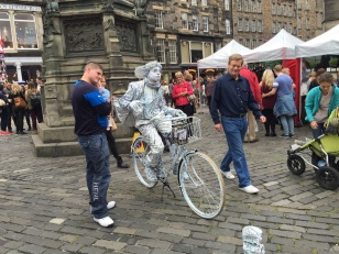 "A more creative ""statue"" in Edinburgh"